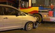 Hà Nội: Xe Inova đâm vào đầu xe buýt trên cầu Chương Dương