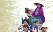 Hậu Giang: Người phụ nữ gần 7 năm đưa đò miễn phí chở các em nhỏ tới trường