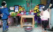 Vụ đôi vợ chồng tử vong tại nhà riêng: Xót xa hai đứa trẻ ngơ ngác nhìn di ảnh cha mẹ