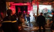 Hà Nội: Cứu sống 2 người cao tuổi mắc kẹt trong đám cháy lớn trên phố Lò Rèn