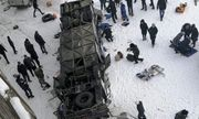 Kinh hoàng xe buýt nổ lốp lật xuống sông băng giá lạnh, 19 người chết tại chỗ