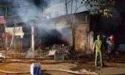 Dùng xà beng phá cửa giải cứu 5 người mắc kẹt trong vụ cháy kinh hoàng lúc nửa đêm