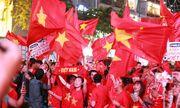 Cờ đỏ rợp trời, hàng nghìn CĐV xuống đường ăn mừng chiến thắng của đội tuyển U22 Việt Nam