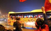 Người dân đứng dọc ven đường reo hò chào đón các anh hùng Sea Games 30