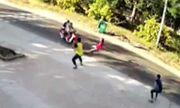 Video: Hai tên cướp liều lĩnh tông gãy chân công an xã khi bị chốt chặn