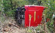 Mất lái ô tô khách lao xuống vực, hơn chục khách thoát chết