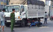Tin tai nạn giao thông mới nhất ngày 14/12/2019: Bị giật điện thoại, 2 cha con lao xe máy vào ô tô