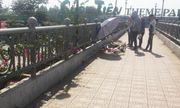 Đang đi đường đến trường, nữ sinh 19 tuổi bất ngờ tử vong trên cầu vượt