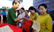 Công an thành phố Cần Thơ tặng vé xe cho công nhân về quê đón Tết