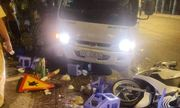 Xe tải chạy tốc độ cao lao lên vỉa hè, tông vào bàn nhậu khiến 5 người bị thương