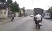 Tránh ô tô, người đàn ông đi xe máy cuống cuồng đạp phanh đến văng cả dép