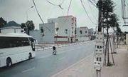 """Video: Tài xế xe khách đánh lái """"thần sầu"""" để tránh người đàn ông qua đường bất cẩn"""