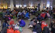 Người dân vạ vật, nằm dài tại sân bay Tân Sơn Nhất vì máy bay