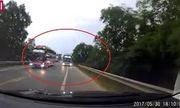 Video: Xe khách lấn làn, phanh không kịp nên đã đâm vào ôtô con