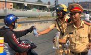 Video: Lực lượng CSGT phát hàng trăm chai nước suối cho người dân trên đường về quê ăn Tết