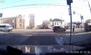 Video: Hai ô tô tông nhau cùng văng lên vỉa hè, người đi bộ thoát chết hy hữu