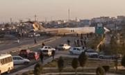 Video: Sai sót khi hạ cánh, máy bay chở 135 người bất ngờ lao ra giữa cao tốc