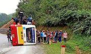 Tin tai nạn giao thông mới nhất ngày 30/1/2020: Vào cua gấp, xe buýt lật nghiêng giữa đường