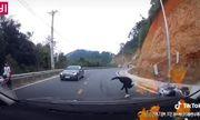 Video: Xe tay ga mất phanh khi đang đổ đèo, thanh niên liều mạng nhảy xuống đường