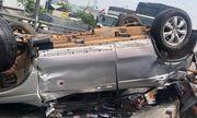 TP.HCM: Container tông ô tô lật ngửa trên cầu, 5 người may mắn thoát chết trong gang tấc