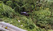 Bình Định: Xe Limousine lao xuống vực sâu, 2 người bị thương