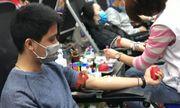 Hàng trăm người dân xếp hàng hiến máu nhân đạo