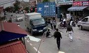 Video: Pha thoát chết không tưởng của hai thanh niên khi đối đầu container