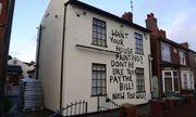 Sơn thẳng thông điệp lên nhà con nợ để dặn mặt, chủ nợ khiến ai cũng phải ngước nhìn