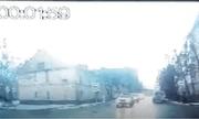 Video: Con ngựa mất kiểm soát đâm móp cả ô tô đang chạy trên đường