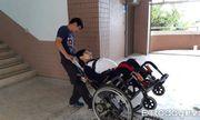 Vượt qua nghịch cảnh, nam sinh bại liệt vẫn quyết tâm đến trường, suốt 3 năm không bỏ buổi học nào