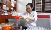 Nữ kỹ sư pha chế hơn 200 chai nước rửa tay phát miễn phí cho người dân quê nhà