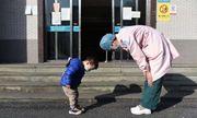 Cậu bé 2 tuổi cúi đầu cảm ơn nữ y tá: