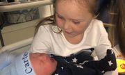 Lần đầu gặp em trai mới sinh, chị gái 5 tuổi phán một câu khiến cả nhà