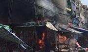 Cửa hàng kinh doanh gần chợ bất ngờ bùng cháy, tiểu thương gom hàng hóa tháo chạy
