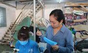Xưởng may làm hàng nghìn chiếc khẩu trang mỗi ngày để phát miễn phí cho học sinh