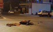 Tông trúng ô tô, 2 thanh niên ngã xuống đường, tử vong