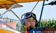 Cậu bé sinh non từng được chẩn đoán bại não giành 11 kỷ lục Guinness, tự lái máy bay năm 5 tuổi