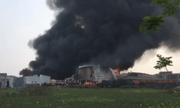 Video: Xưởng gia công sơn cháy kinh hoàng, cột khói đen kịt bốc cao hàng chục mét