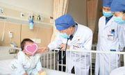 Mẹ may vá lúc trông con, bé trai 15 tháng tuổi bị kim dài 4cm đâm vào tim