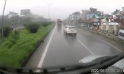 Video: Ô tô con chạy ẩu lấn làn, bị container tông nát đầu