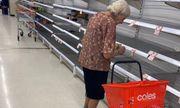 Xót xa cảnh cụ bà bật khóc khi đứng trước các kệ hàng trống trơn tại siêu thị