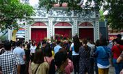 Người Hà Nội vẫn chen nhau đi lễ Phủ Tây Hồ bất chấp dịch Covid-19