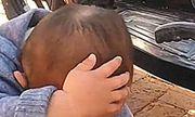 Ở nhà bà ngoại về, con trai cứ lấy tay che đầu, mẹ biết nguyên nhân lăn ra cười ngặt nghẽo