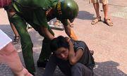 Tạm giữ thiếu niên 16 tuổi giật điện thoại, tấn công vợ chồng du khách Pháp tại TP.HCM
