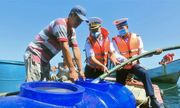 Các chiến sĩ Hải quân cấp nước ngọt cho người dân đảo Hòn Chuối