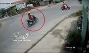 Video: Va chạm trực diện với xe tải, cô gái bị kéo lê trên đường