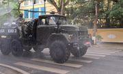 Xe quân đội phun hóa chất khử trùng đường phố Hải Phòng