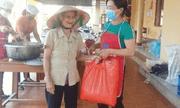 Cụ bà đi bộ 2km đem gạo ủng hộ khu cách ly Covid-19