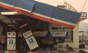Xe tải tông vào cây xăng, 1 người chết, 5 người bị thương