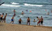 Phú Yên: Bất chấp lệnh cấm tụ tập, hàng trăm người vẫn đi tắm biển